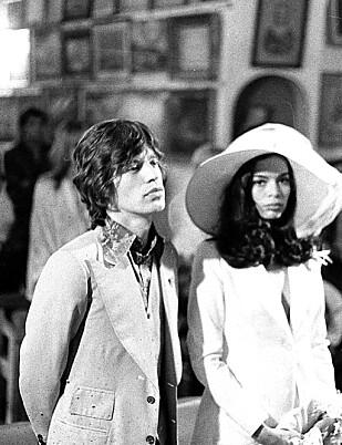 BRYLLUP: Bianca og Mick gifter seg i Paris. Mick rasende over hordene av skuelystne og fotografer, Bianca i tårer. (Foto: NTB Scanpix)