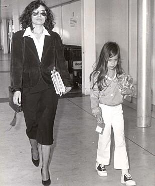TIL NICARAGUA: Bianca Jagger og datteren Jade på vei fra London til Nicaragua i 1979. Ekteskapet med Mick Jagger er over. (Foto: NTB Scanpix)