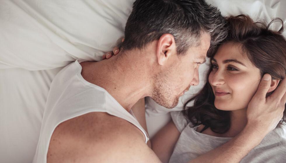 SNAKK SAMMEN: Sex er viktig i et parforhold, men kvinner trenger gjerne kommunikasjon og omtanke for å få lyst. FOTO: NTB