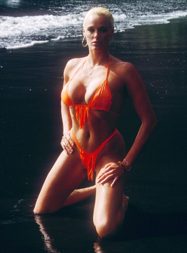 SYDLIGE BREDDEGRADER: Brigitte Nielsen slo seg opp som modell, også av det pikante slaget, og har blant annet prydet forsidene til Playboy opptil flere ganger. Her på Tenerife i 1988. FOTO: NTBScanpix.