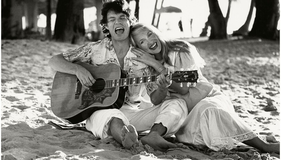 BARBADOS-FERIE: Lykkelig og forelsket, Mick og Jerry på stranda på Barbados i 1983. Jerry er gravid med deres første barn, Elizabeth. FOTO: NTB Scanpix