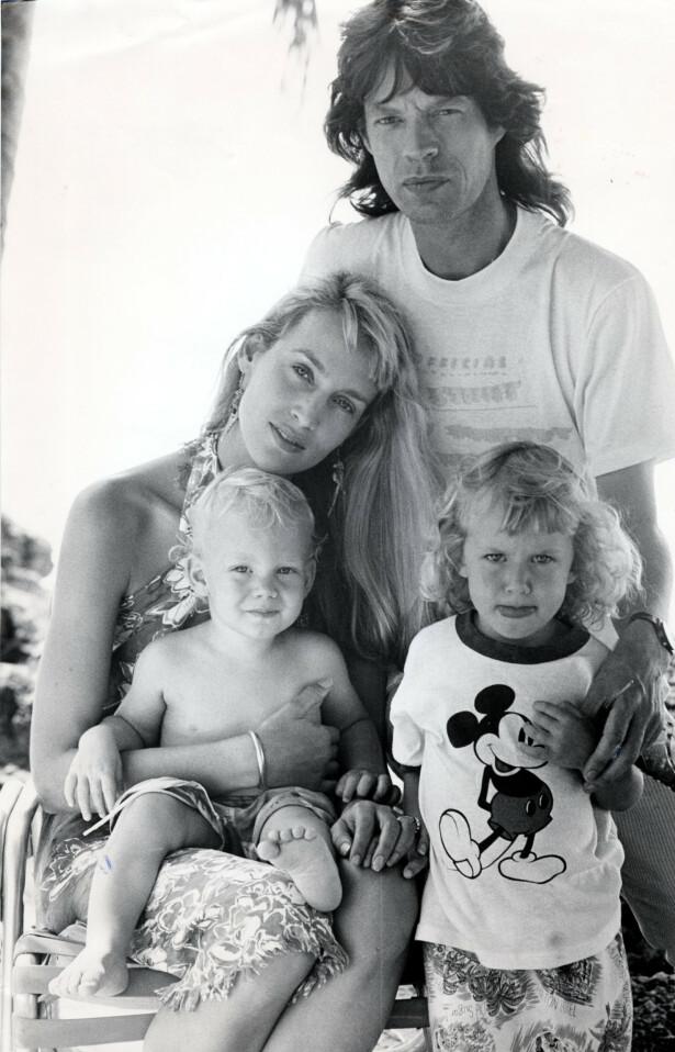 FAMILIEN JAGGER: Mick og Jerry Hall med barna Elizabeth Scarlet (til høyre) og James. Året er 1987. FOTO: NTB Scanpix