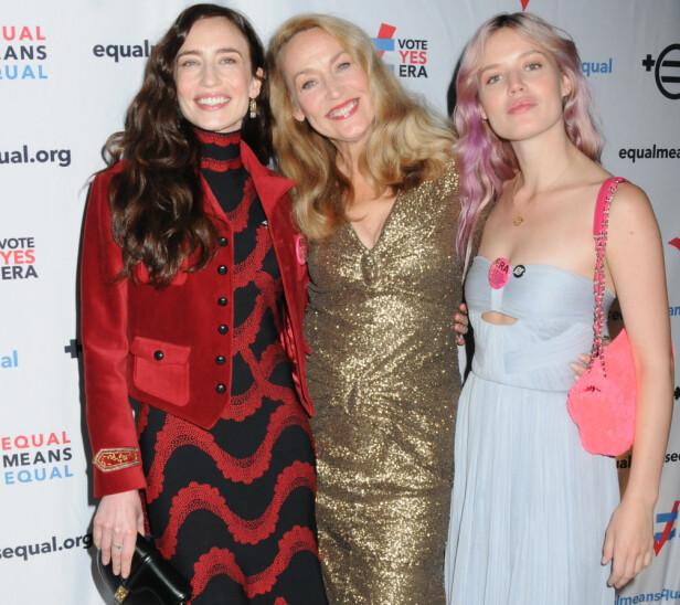 GIRL POWER: Familie er viktig for Jerry Hall. Her med døtrene Elizabeth Jagger, og Georgia May Jagger på et arrangement i New York til fordel for kampanjen for like rettigheter. FOTO: NTB Scanpix
