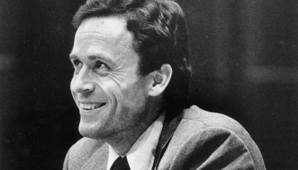 DØMT: Ted Bundy i rettsalen i 27. juni 1979. Seriemorderen har flere ganger blitt omtalt som «verdens mest sjarmerende seriemorder». Foto: NTB Scanpix