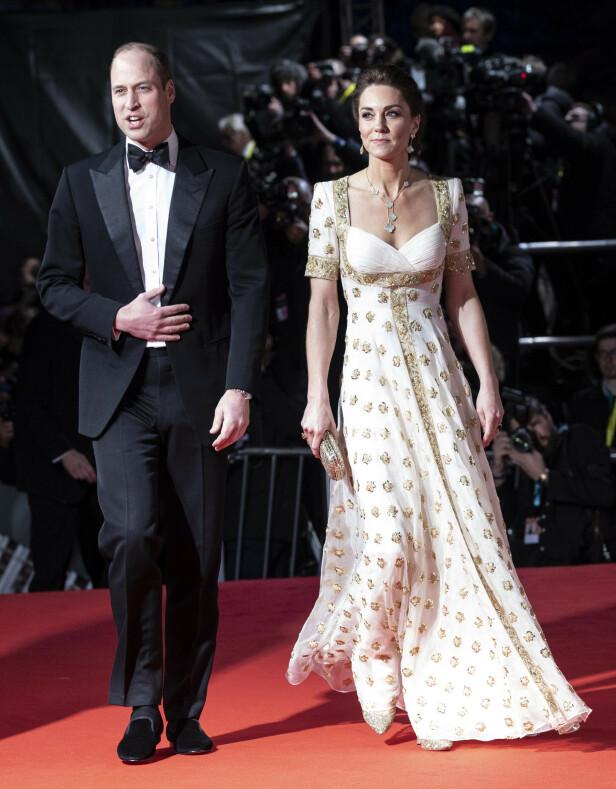 2020: Prins William og hertuginne Kate ankommer BAFTA-utdelingen. Legg merke til at hertuginnen valgte oppsatt hår og andre smykker denne gangen. Foto: NTB Scanpix