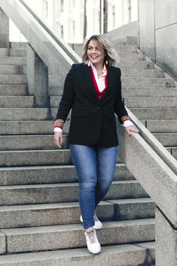 Blazer (kr 400), skjorte (kr 300) og bukse (kr 400, alt fra Lindex), genser (kr 300, Gina Tricot) og sko (kr 1900, Bogner). Tips! Bruk en kardigan under blazeren for en fin lag-på-lag-effekt. FOTO: Astrid Waller