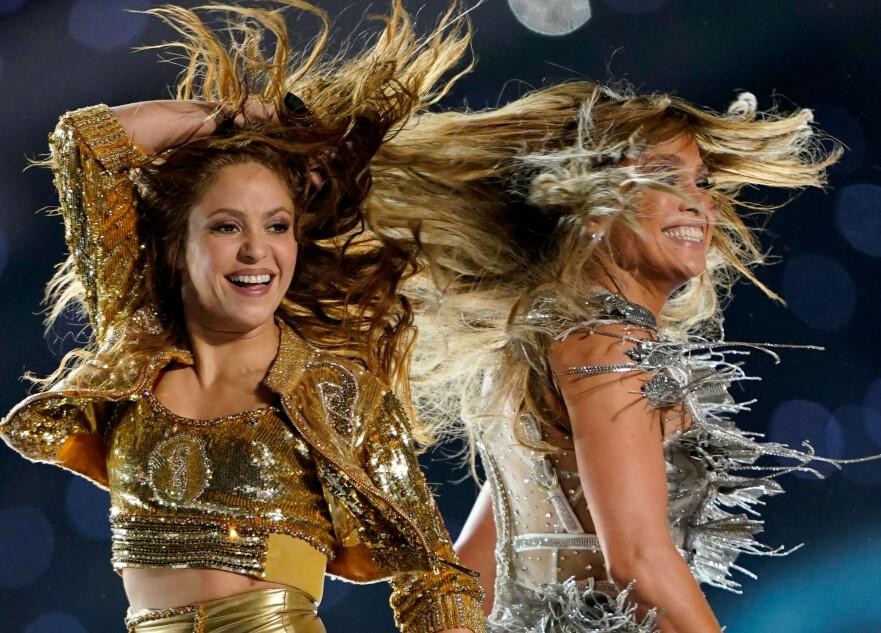 I NORSK DESIGN: Sangstjernen Shakira opptrådte sammen med Jennifer Lopez under Super Bowl. For anledningen valgte hun antrekk av en norsk designer. Foto: NTB Scanpix