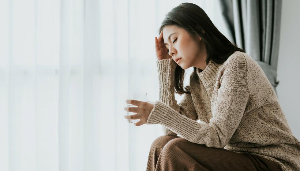 DEMPER ANGSTEN: Alkohol kan dempe følelsen av angst, men problemet er bare at angsten blir enda sterkere når alkoholen forsvinner fra kroppen. FOTO: NTB Scanpix