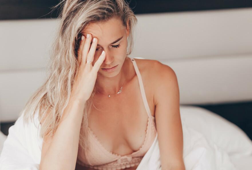 FYLLEANGST: Alle som har opplevd å våkne med fylleangst, eller såkalt «hangxiety», vet hvor ubehagelig det kan være. FOTO: NTB Scanpix