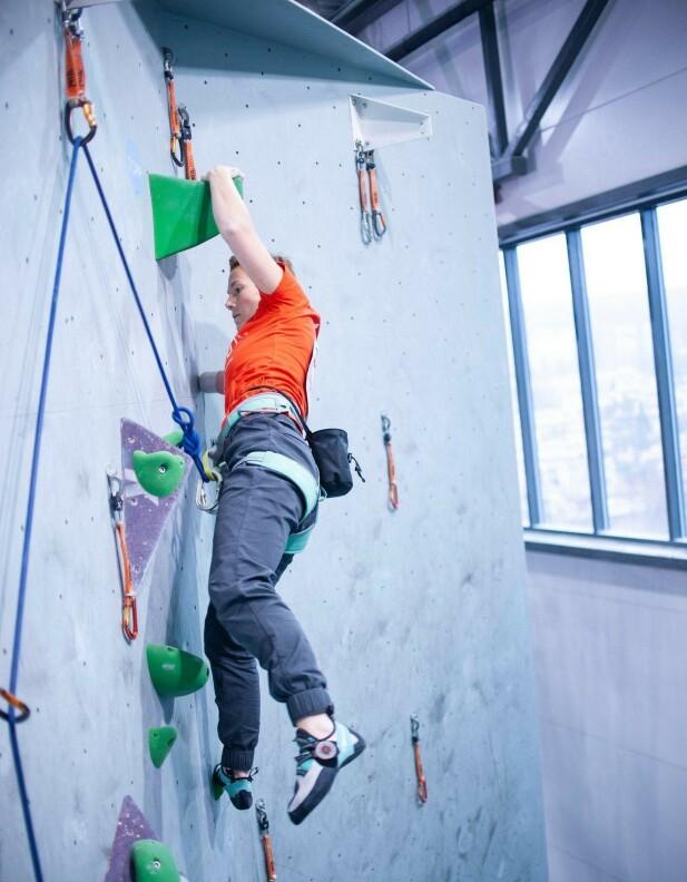 OPPOVER: Kristina på vei opp klatreveggen. Dette er mestring og glede. FOTO: David Engeland