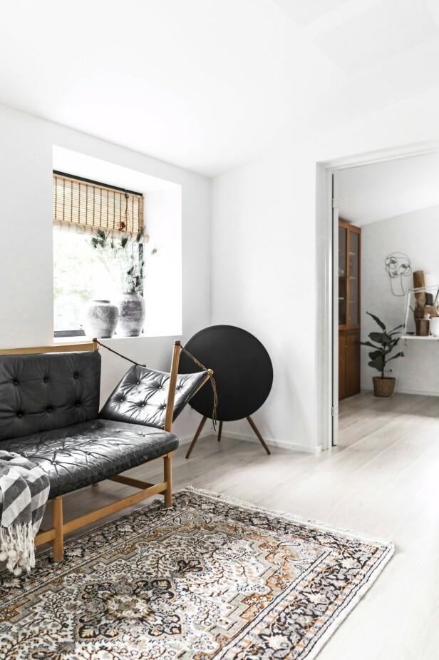 Line elsker gjenbruk og bruker mye tid på diverse nettsider på jakt etter kupp. I stuen står en antikk Børge Mogensen-sofa. FOTO: Julie Wittrup og Mikkel Dahlstrøm/Another Studio