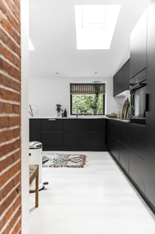 Paret ønsket at den mørke fargen fra husets utside skulle gå igjen på kjøkkenet, og derfor valgte de svarte fronter. FOTO: Julie Wittrup og Mikkel Dahlstrøm/Another Studio