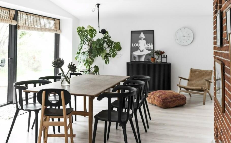 INTERIØR: Huset er arkitekttegnet, og det er tatt hensyn til lysinnfallet og skjeve linjer, slik som det kan sees på taket. Familien er ekstra glad i dette rommet fordi lyset faller så fint inn her. FOTO: Julie Wittrup og Mikkel Dahlstrøm/Another Studio
