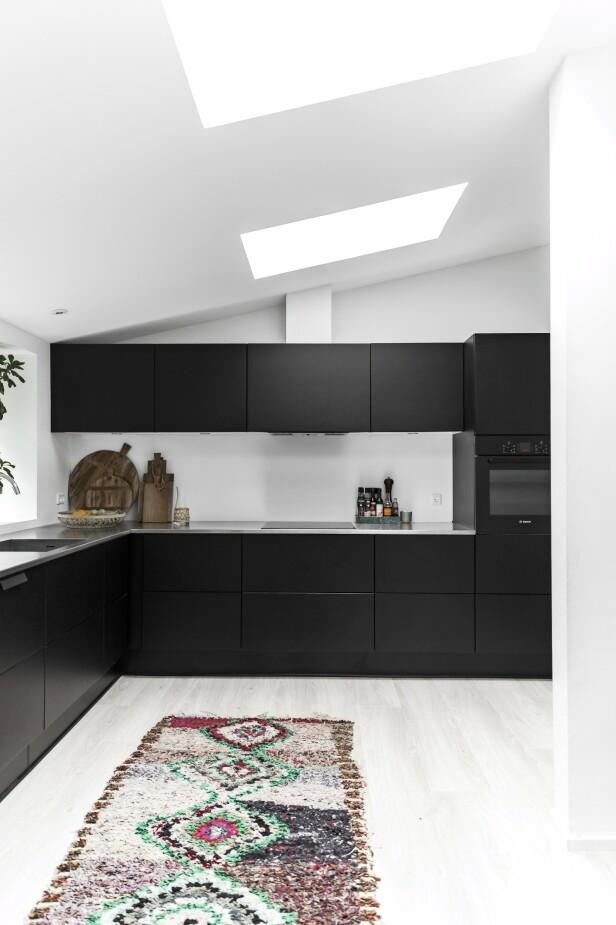 – Vi har valgt et nøytralt kjøkken og nøytrale gulv fordi det gir mulighet til å endre utseendet i et rom ved bare å bytte ut noen få ting, sier Line. Tips! Takvinduer på kjøkkenet, slik som her, gir et godt arbeidslys. FOTO: Julie Wittrup og Mikkel Dahlstrøm/Another Studio