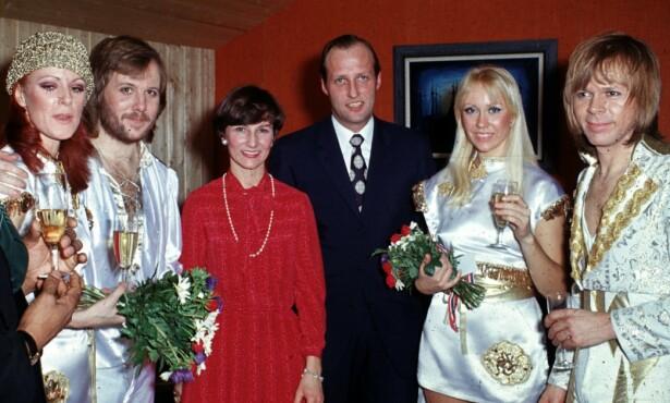 NORSK MØTE: ABBA møter det norske kronprinsparet da bandet åpner sin konsertturné i Ekeberghallen i januar 1977. Stilmessig er det ingen match. (Foto: NTB Scanpix)