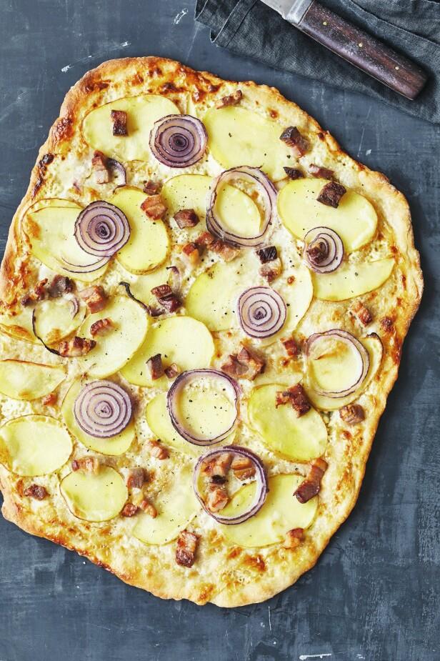 Den tyske varianten av pizza heter flammkuchen og toppes tradisjonelt med crème fraîche, rødløk og bacon. FOTO: Winnie Methmann