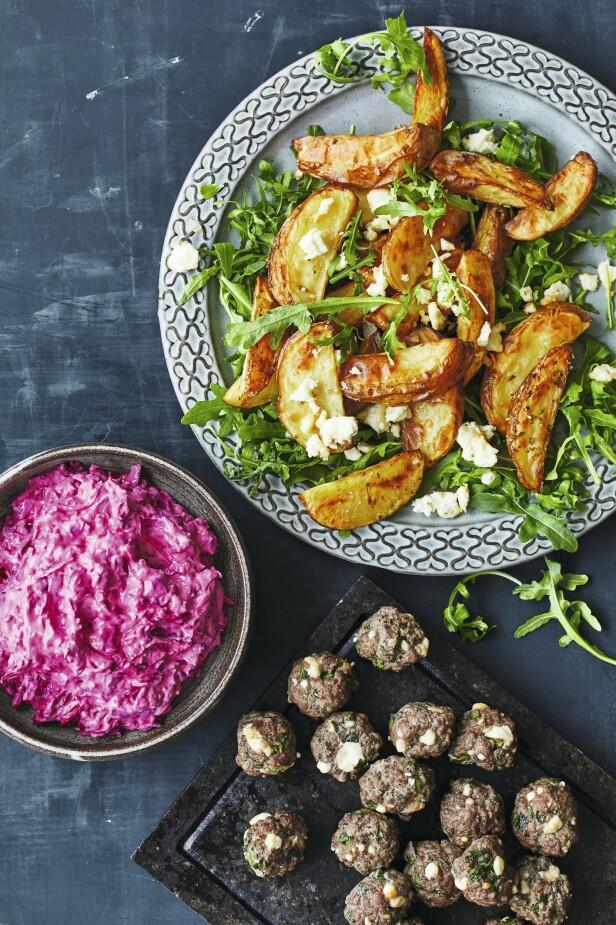 En skarp rosa nyanse fra rødbetene er en deilig fargeklatt på tallerkenen. Tips! Du kan bruke agurker i stedet for rødbeter i tzatzikien. FOTO: Winnie Methmann