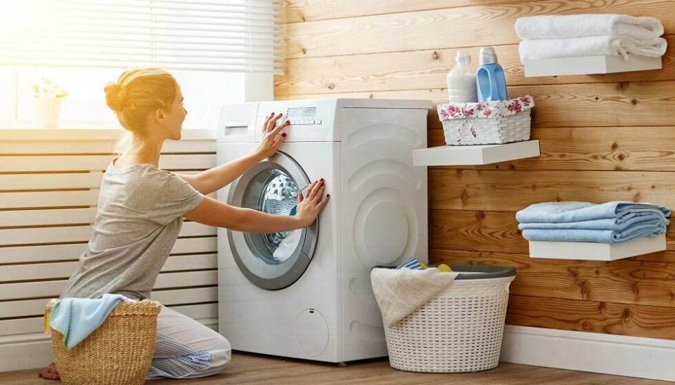 VASKEMASKIN: Det er ofte lurt å fjerne flekkene før du vasker klærne i vaskemaskinen. FOTO: NTB Scanpix