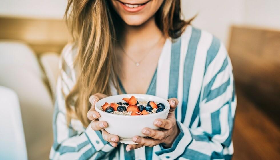<strong>SUNN TOPPING:</strong> Yoghurt toppet med for eksempel bær og en dæsj honning er godt og sunt. FOTO: NTB Scanpix