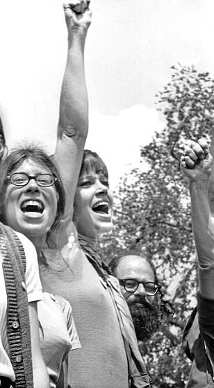 KNYTTENEVE 2: Jane har lang trening i protestaksjoner. Dette er fra en demonstrasjon mot Vietnam-krigen utenfor Det hvite hus i 1970. (Foto: NTB Scanpix)