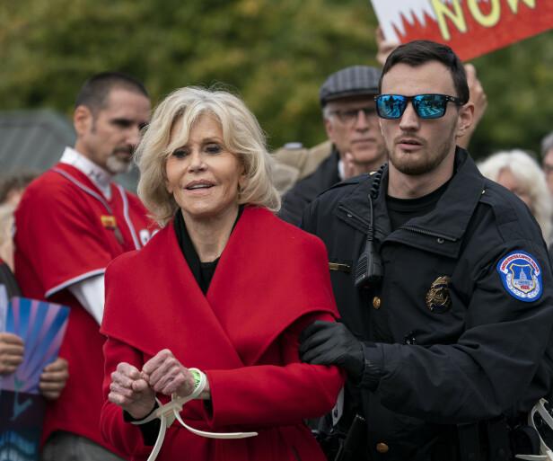 I HÅNDJERN: Slik har vi sett Jane Fonda utallige ganger det siste halvåret. Hun blir arrestert for demonstrasjoner mot klimaødeleggelsene. (Foto: NTB Scanpix)