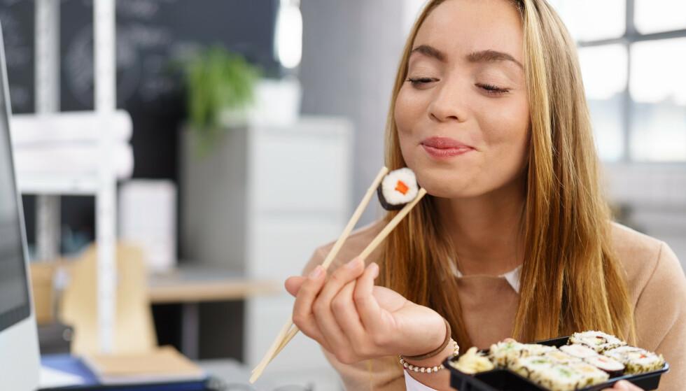 LEVER LENGER: Japanere bruker mye soyasaus til fisk og grønnssaker, for eksempel i sushi. Japanere lever også lenger enn oss.