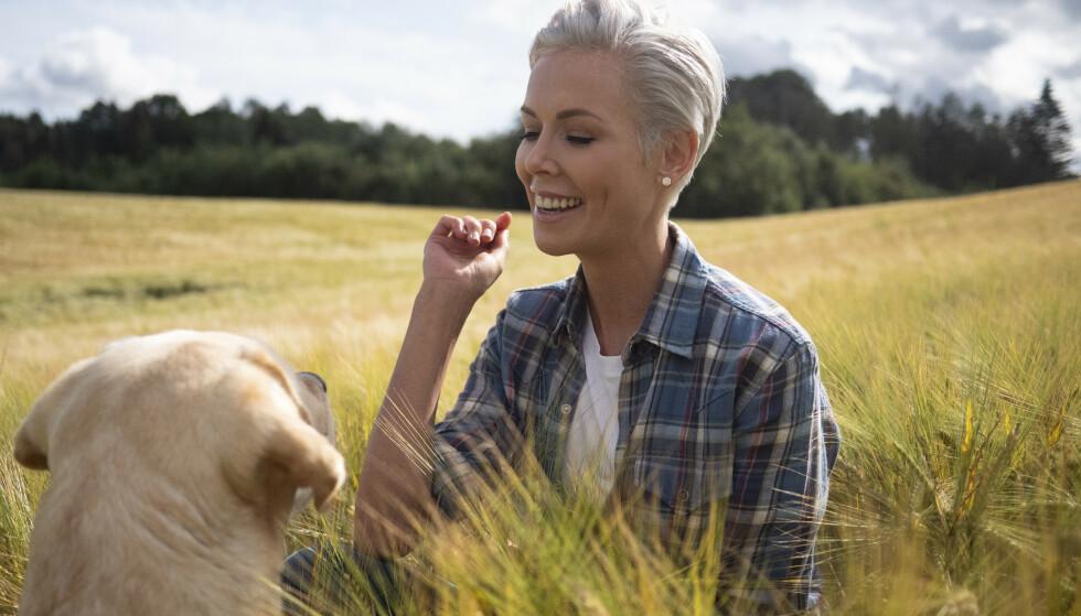 OPPVOKST PÅ GÅRD: Gunhild Stordalen vokste opp med foreldre og to yngre søsken på en gård på Muggerud utenfor Kongsberg. FOTO: NRK