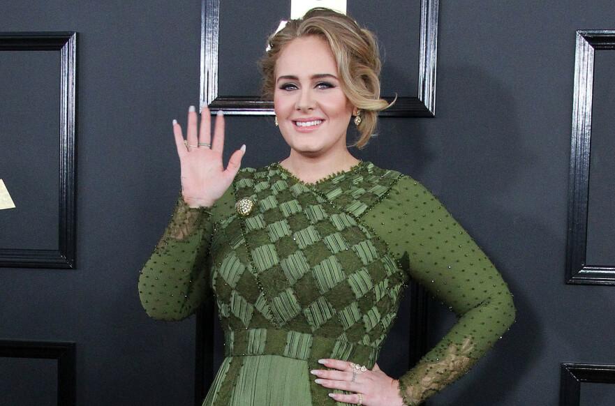 ADELE: Dette er slik vi er vant til å se den britiske artisten Adele Adkins. Her fra Grammy-utdelingen i 2017. Under Oscar 2020 viste hun frem en noe slankere versjon av seg selv. FOTO: NTB scanpix