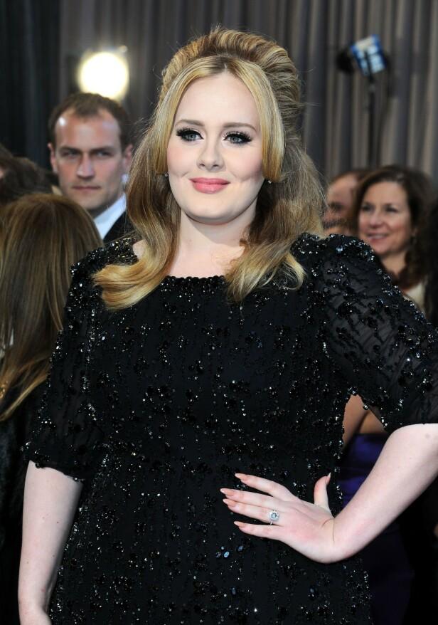 FLOTTE FORMER: Artist Adele har alltid blitt hyllet for sin flotte figur og smekre former. Siden bruddet med ektemannen i fjor høst skal hun ha gått ned flere titalls kilo, ifølge henne selv. Her fra Oscar-utdelingen i 2013. FOTO: NTB scanpix