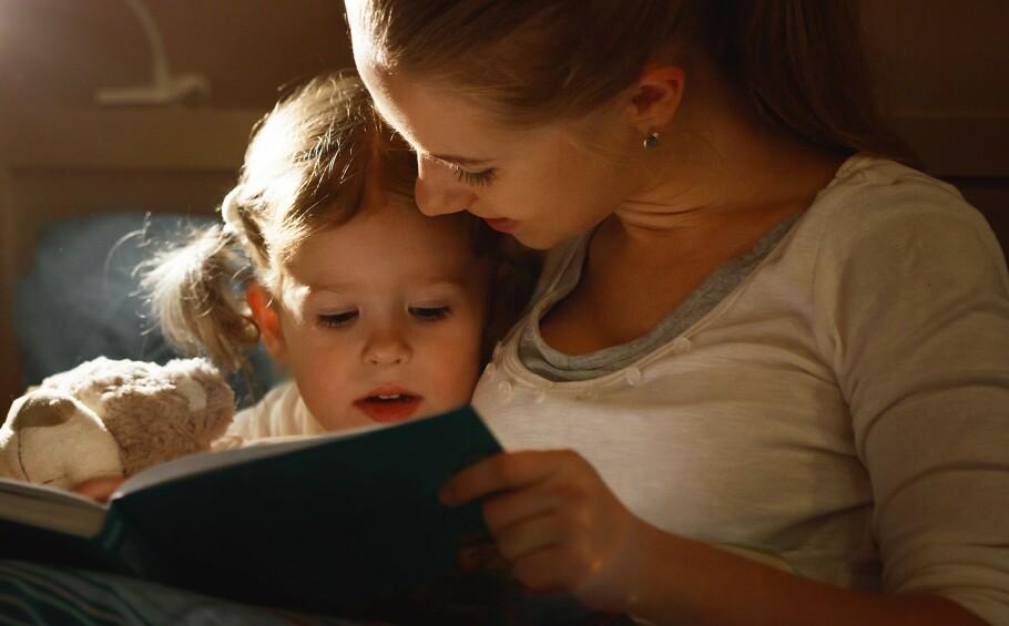 LESE FØR LEGGETID: En lesestund på sengekanten er ikke bare koselig, det kan også bidra til at barn sovner raskere. FOTO: NTB Scanpix
