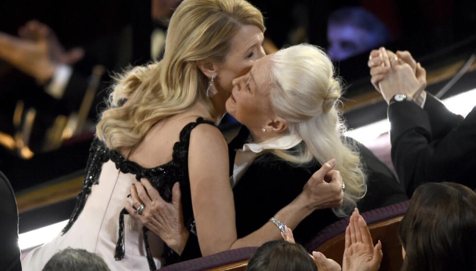 MORSKJÆRLIGHTET: Laura Dern får en klem av mamma etter å ha vunnet sin første Oscar. FOTO: NTB Scanpix