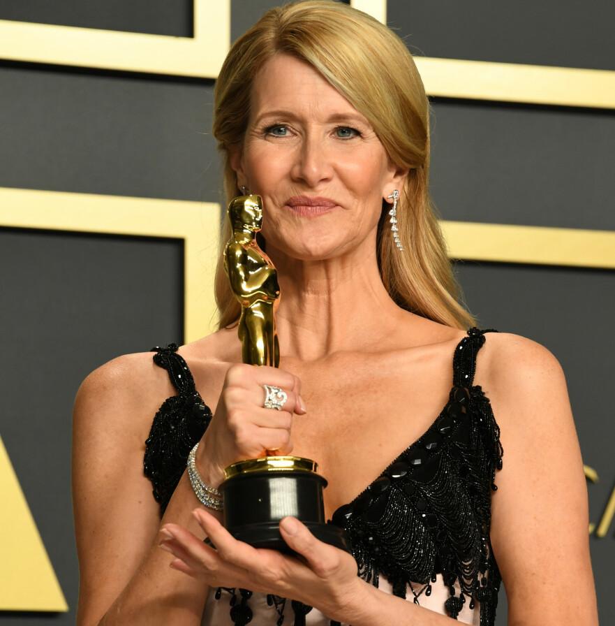 BURSDAGSGAVE: Da Laura Dern kledde seg opp for årets Academy Awards, visste hun ikke at hun skulle få selveste Oscar-statuetten i bursdagsgave. FOTO: NTB Scanpix