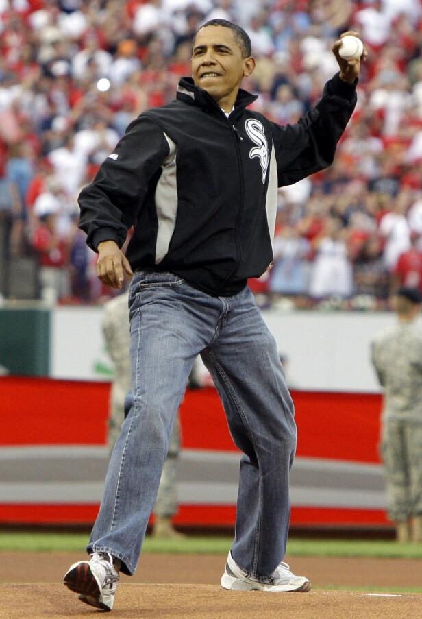UFLATTERENDE: Obama kaster «first pitch» på en baseballkamp i 2009, med mammabuksene. Foto: NTB Scanpix