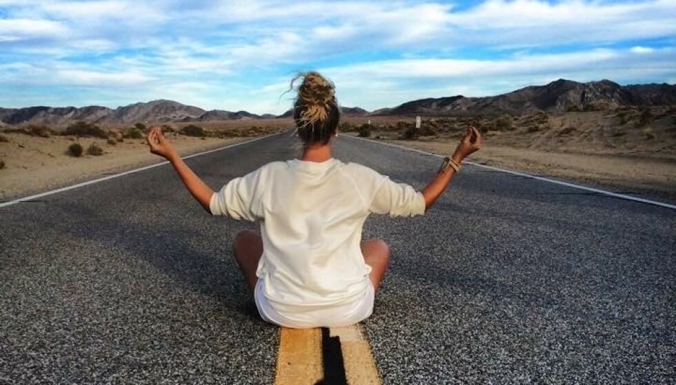 <strong>IKKE FLAUT:</strong> Maria bryr seg lite om hva andre måtte mene om henne når hun tar bilder til Instagram. Et favorittmotiv er yogaposisjoner på eksotiske steder. FOTO: Privat