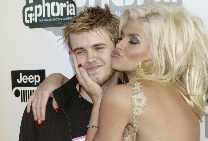 MORSKJÆRLIGHET: Sønnen Daniel betydde alt for Playboy-modellen Anna Nicole Smith. Da han døde gikk det nedover med henne selv. FOTO: NTBScanpix.