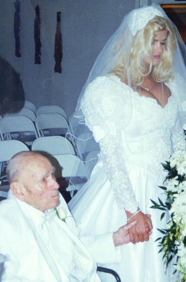 HVA SA DU?: Bildene fra vielsen mellom J. Howard Marshall (89) og Anna Nicole Smith (26) leder tanken til syvende far i huset. FOTO: NTBScanpix.