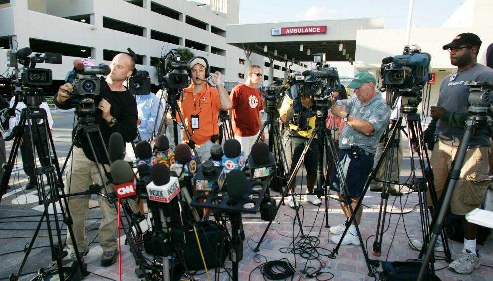 JUNGEL: Da Anna Nicole Smith ble funnet livløs den 8. februar 2007, og siden ble erklært død, var pressedekningen enorm, og fotografene trengte seg sammen utenfor sykehuset. FOTO: NTBScanpix.