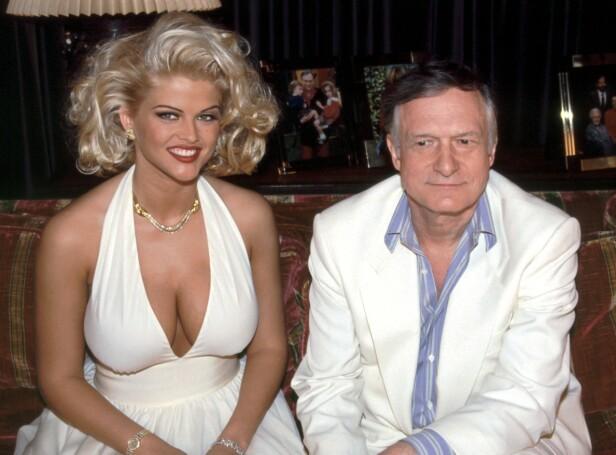 GULLFUGL: Anna Nicole Smith og Hugh Hefner, da hans nye yndling nettop var blitt kåret til «Playmate of the year» i 1993. FOTO: NTBScanpix.