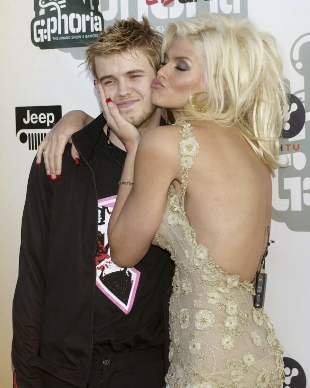 BLEK MEN FATTET: Sønnen Daniel sammen med moren under en kjendistilstelning i Los Angeles i 2004. FOTO: NTBScanpix.