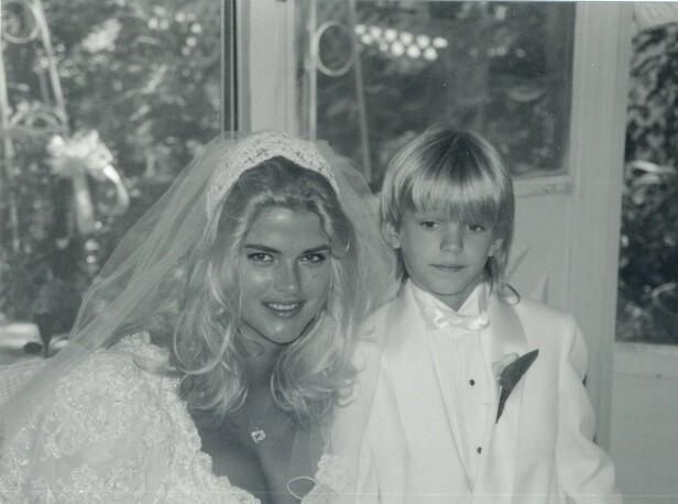 LITEN KAVALER: Sønnen Daniel var tydelig preget av stundens alvor da mamma giftet seg i 1994. FOTO: NTBScanpix.