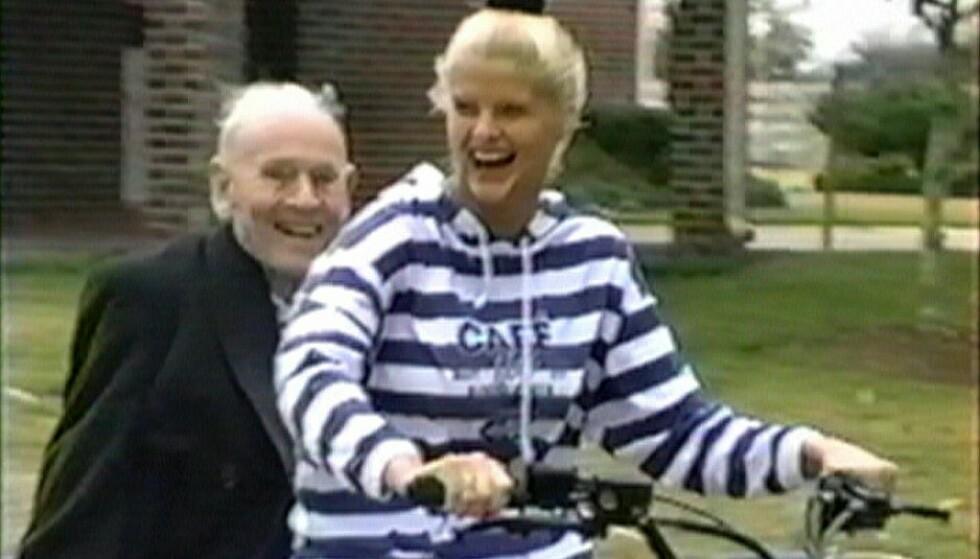 FIN I FARTA: J. Howard Marshall og hans unge brud Anna Nicole Smith på sykkeltur. Bildet er fra en dokumentar om paret som blant annet ble spilt inn på million-ranchen i Texas som oljemagnaten kjøpte til sin unge kone. FOTO: NTBScanpix.