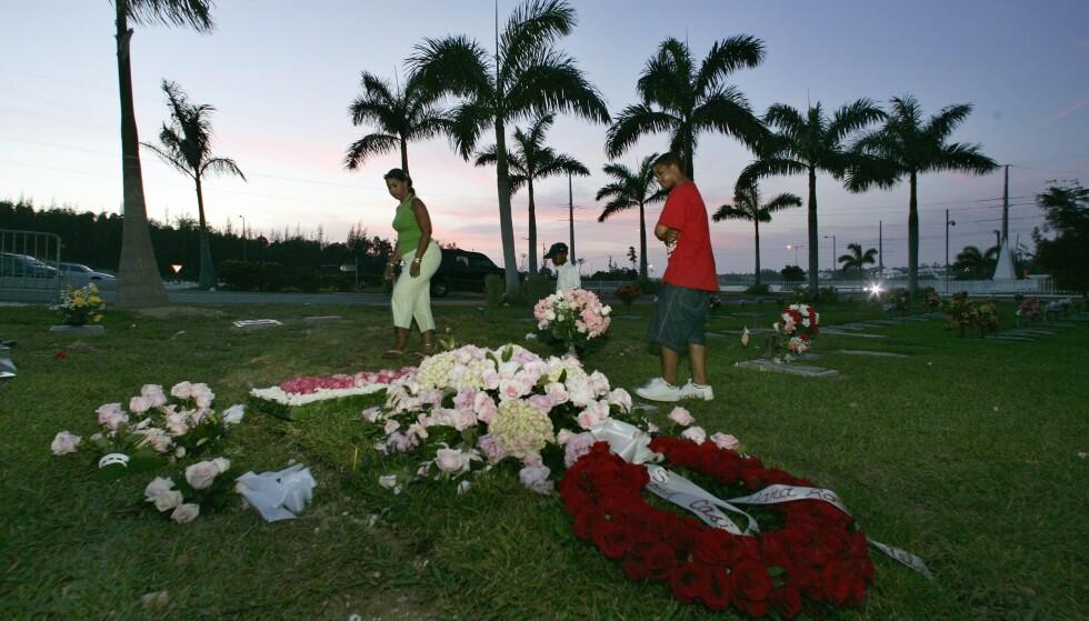 SISTE HVILE: Anna Nicole Smith hviler side om side med sønnen sin Daniel på kirkegården i Nassau, Bahamas. FOTO: NTBScanpix