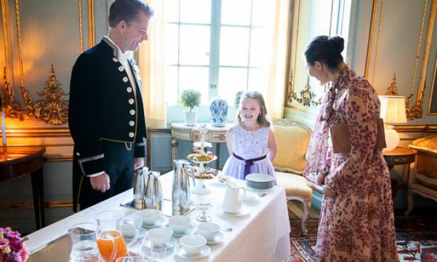 SØTSAKER: Kronprinsesse Victoria tok med Emilia på inspeksjon rundt på slottet. FOTO: Sara Friberg/Kungl. Hovstaterna