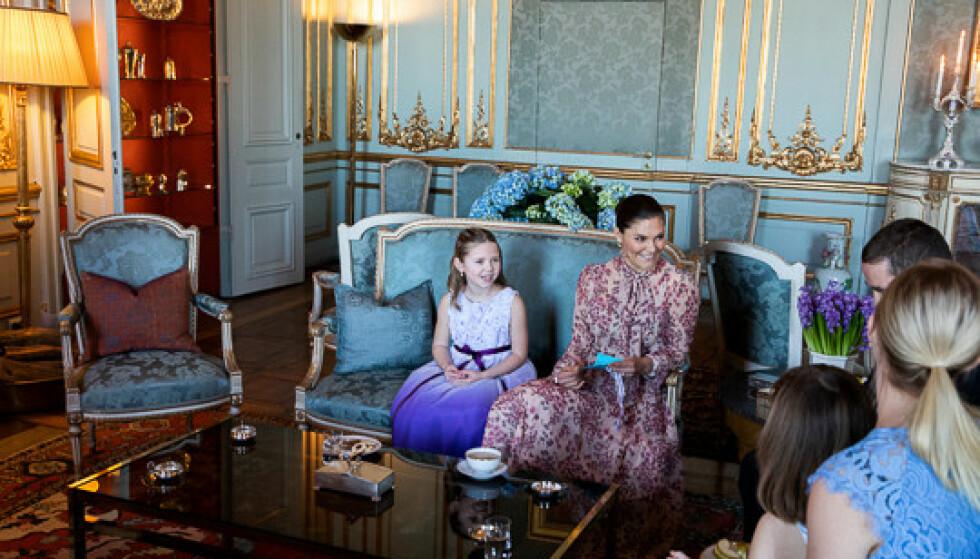 GOD STEMNING: Syvåringen Emilia fikk sitte side om side med kronprinsessen under teselskapet i Prinsessan Sibylla-etasjen. FOTO: Sara Friberg/Kungl. Hovstaterna
