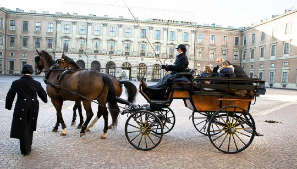 KJERRETUR: Kronprinsesse Victoria overrasket Emilia og familien med en ridetur med de kongelige hestene. Turen gikk fra slottsplassen og gjennom Stockholms gater. FOTO: Sara Friberg/Kungl. Hovstaterna