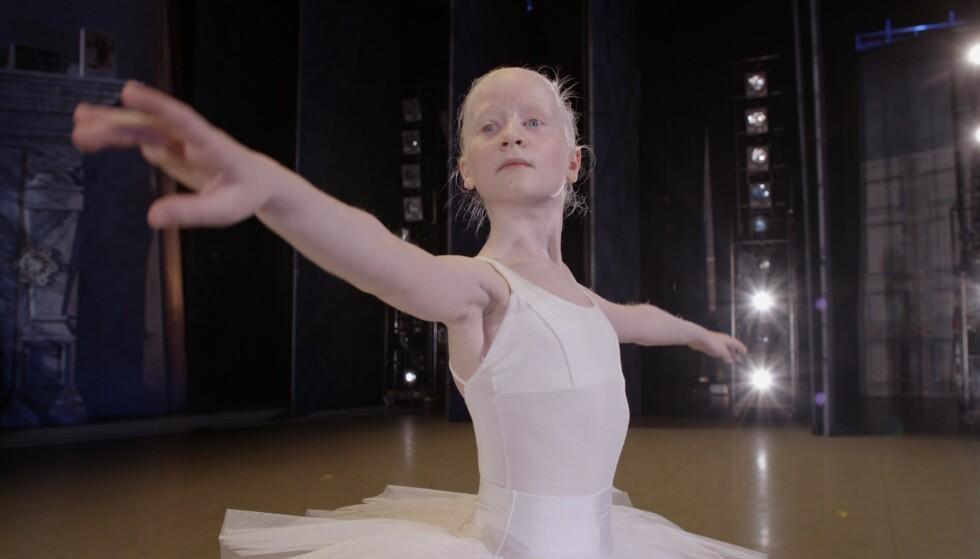 LONDON: Nylig kom beskjeden om at Leah har blitt tatt inn på The Royal Ballet School i London. Gjennom en ukes sommerskole, skal Leah få undervisning av verdens beste ballettpedagoger. -Vi gråt av glede FOTO: NRK