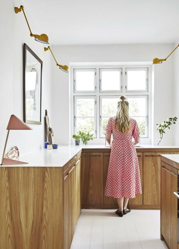 De gule lampene er fra Jieldé, og den lyserøde lampen, som er designet av Svend Aage Holm-Sørensen i 1954, er fra Warm Nordic. Tips! Å velge fargerike lamper er en fin måte å få sommerstemning inn på kjøkkenet på, og gjøre et klassisk kjøkken med trefronter mer personlig. FOTO: Anitta Behrendt