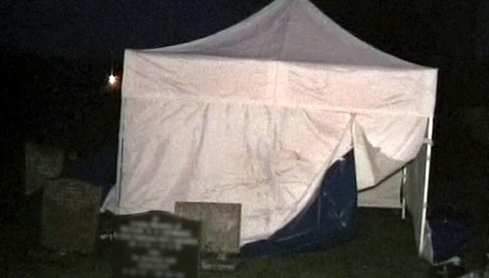 GRAVEN ÅPNET: I forbindelse med etterforskningen av saken ble kvinnens grav gjenåpnet i 2008, i håp om at DNA skulle avsløre den hodeløse kvinnens identitet. FOTO: NTB Scanpix
