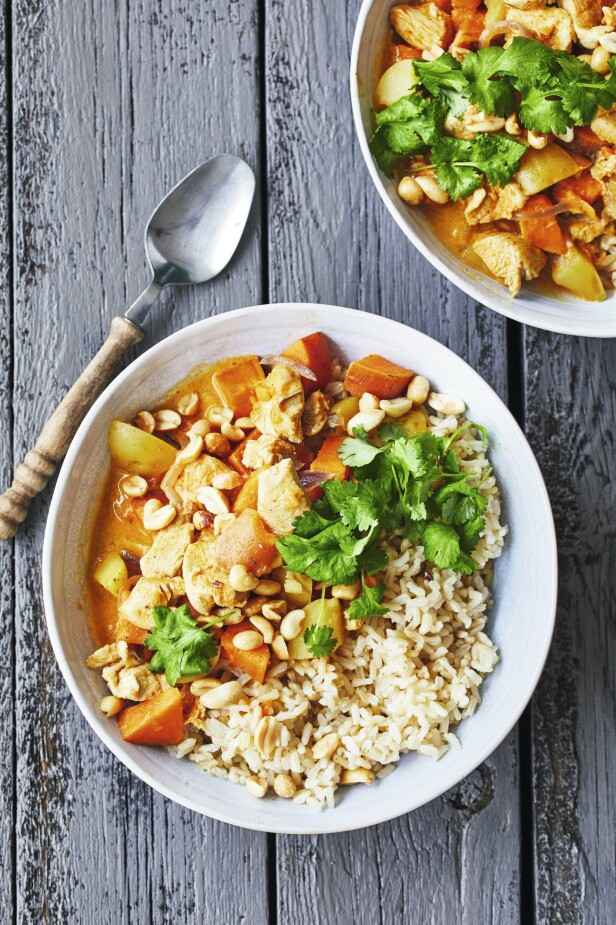 Massaman er en mild og kremet thailandsk curry. Oftest lages den med kylling, men du kan også bruke lam eller tofu. Tips! Denne retten med asiatiske smaker er lett å like. FOTO: Winnie Methmann