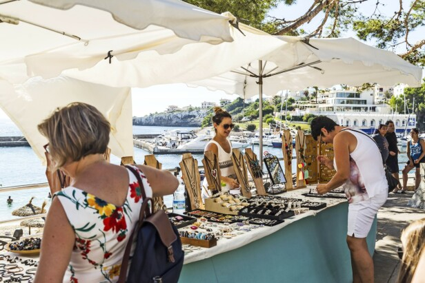 Hver søndag er det marked ved stranden, og du kan finne både smykker, tørklær, brukskunst og spiselige spesialiteter. FOTO: Mikkel Bækgaard